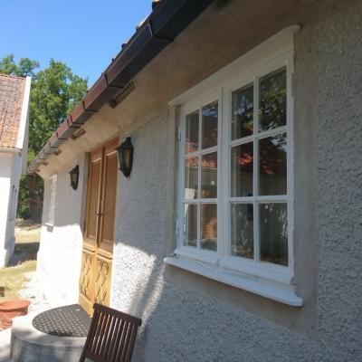 Vita fönster på stenhus